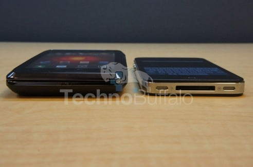 Droid-4-vs-iPhone-4S-Bottom