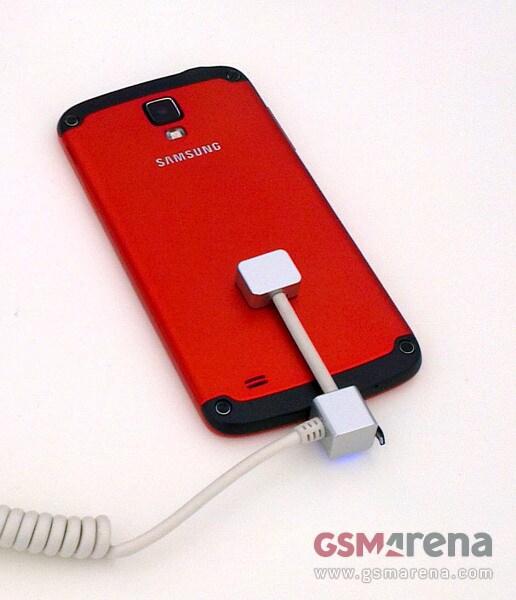 Le prime immagini del Galaxy S4 Active puntano verso un inaspettato corpo in metallo
