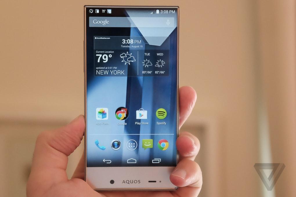 Guardate quant'è bello il nuovo smartphone di Sharp, che da noi non arriverà mai (foto e video)