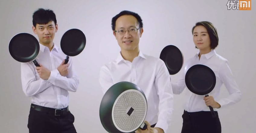 Guardate il Presidente di Xiaomi prendere a padellate un iPhone 6 Plus (video)