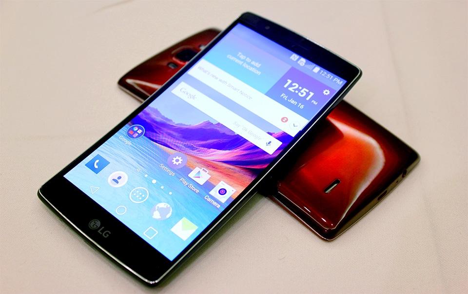 LG G Flex 2 messo alla prova tra graffi, benchmark e piegamenti (video)