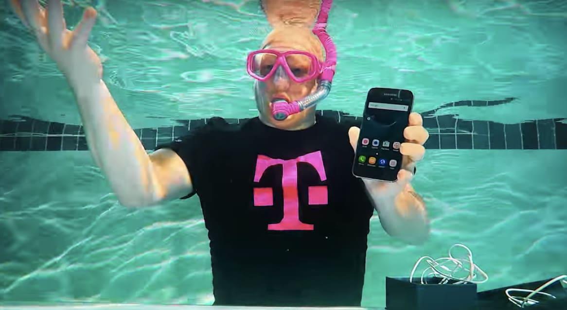 Guardate Galaxy S7 che viene spacchettato sott'acqua (video)