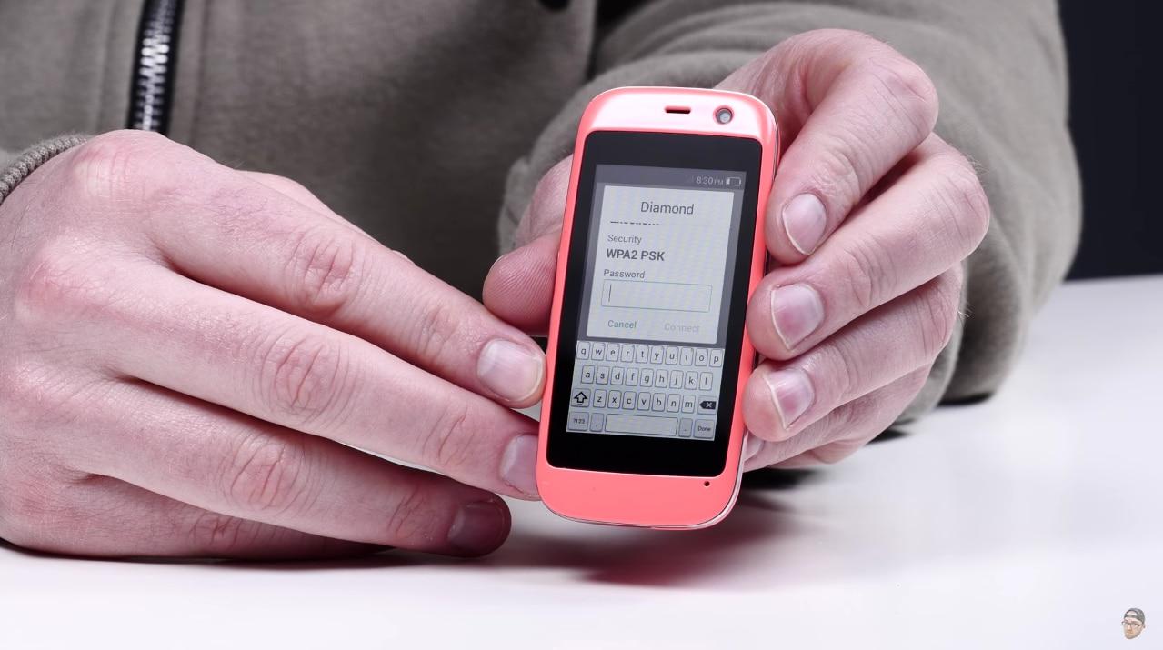 Dovete vedere lo smartphone Android più piccolo al mondo: è così... piccolo! (video)