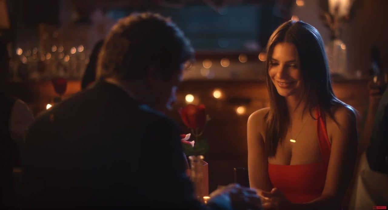 Emily Ratajkowski vi regalerebbe uno OnePlus 5T rosso fuoco per San Valentino! (foto e video)