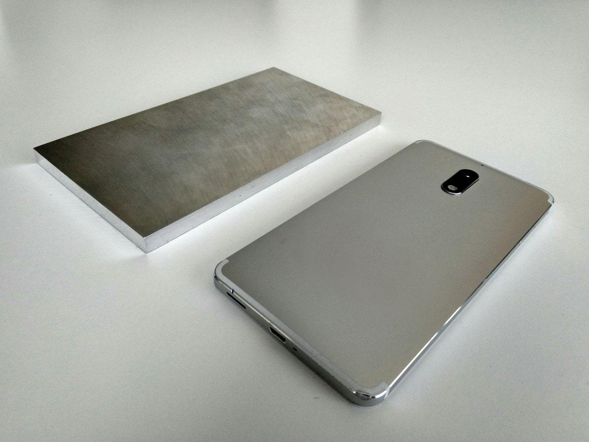 Nokia mostra i prototipi di alcuni dei modelli più recenti... più un blocco di alluminio (foto)