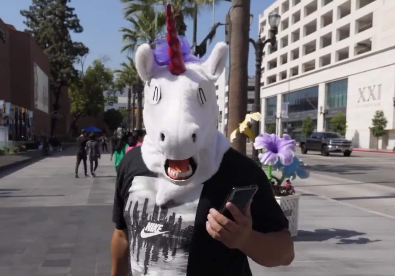 Vivo NEX appare in video insieme ad un unicorno che fa ballare la gente (sì, davvero) (video)