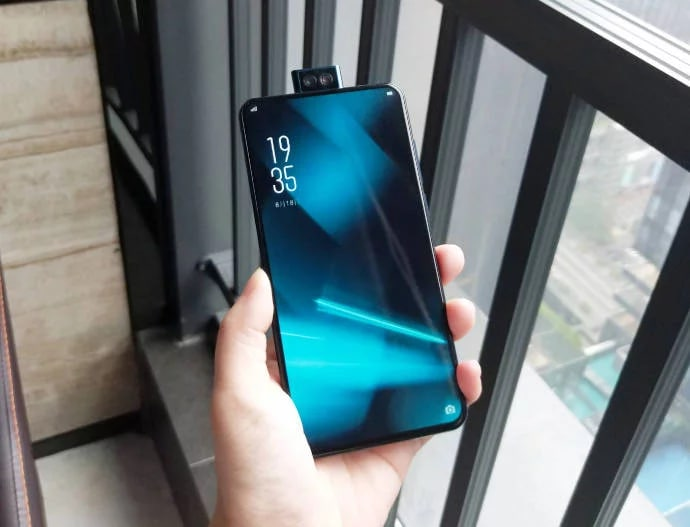 Elephone PX vi guarda con due occhietti sopra uno schermo con cornici minime (foto)