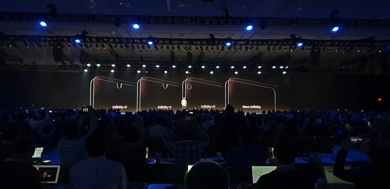 Anche Samsung ha un suo notch: anzi tre