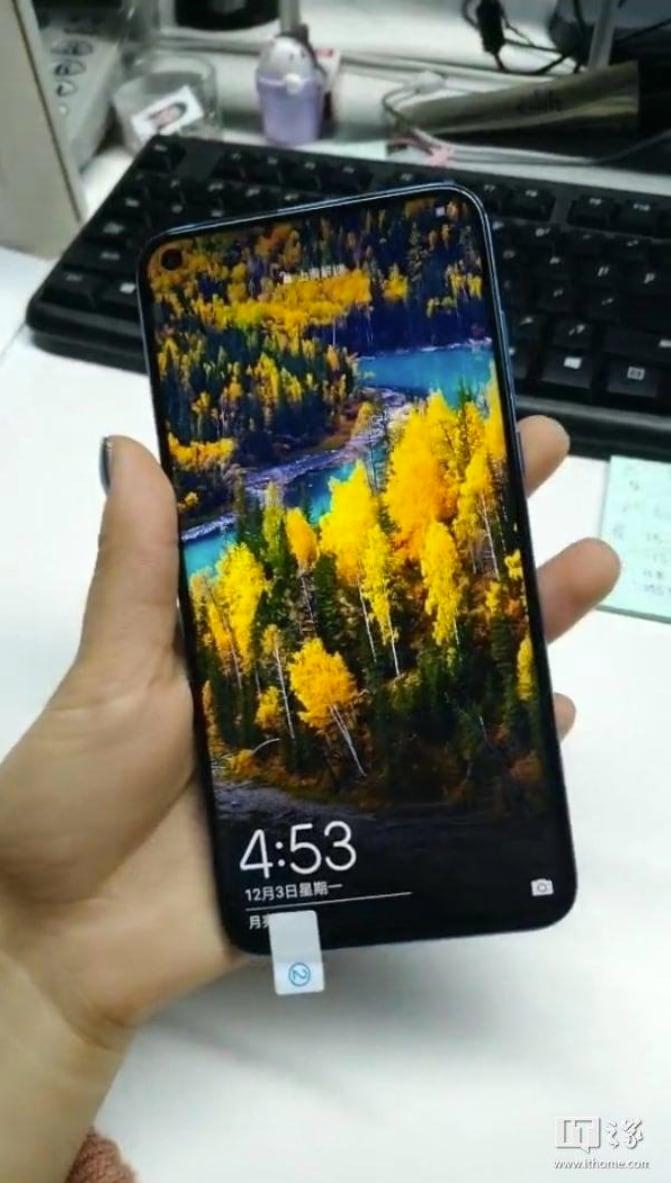 Spuntano altre foto di Huawei Nova 4: il foro è sempre lì, ma la colorazione lo fa sembrare ciccione (foto)