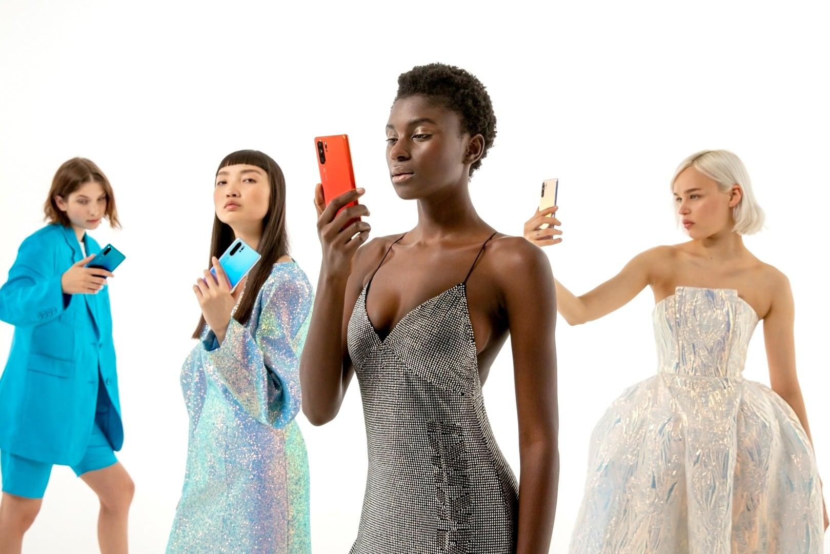 L'intelligenza artificiale crea moda: Huawei P30 ed Anna Yang presentano Fashion Flair (foto e video)