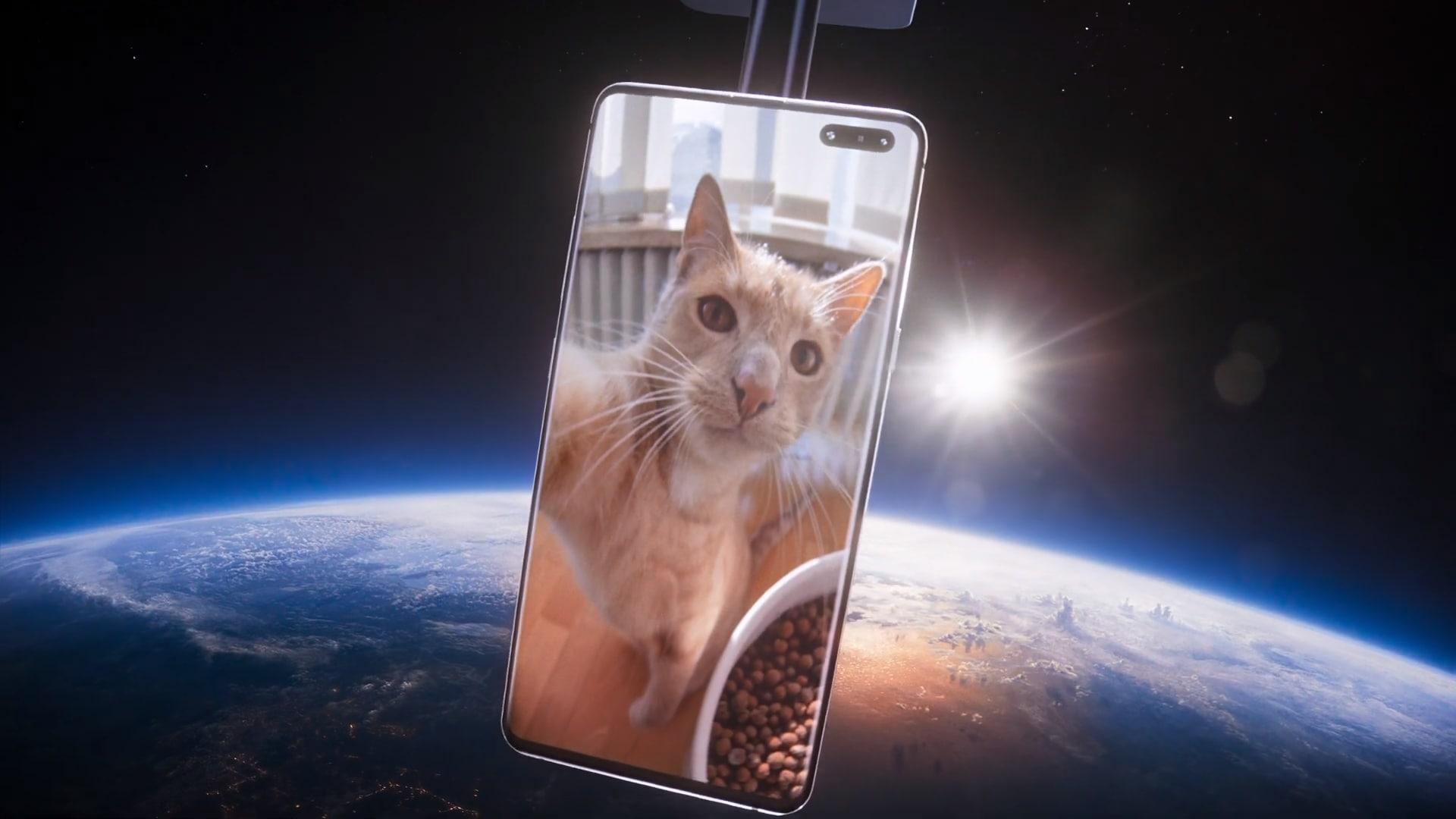 Chi non vorrebbe farsi un selfie dallo spazio? Samsung vi ci accompagna, con un ospite d'eccezione (video)