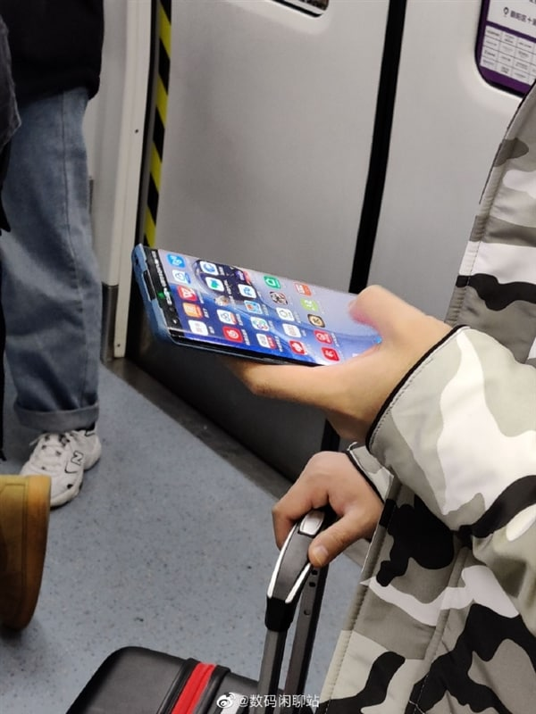 There is someone who goes around the subway with one Huawei P40 Pro in his hand