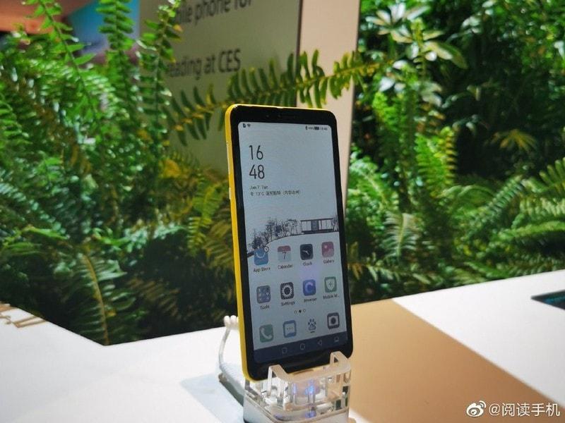 Hisense lancia il primo smartphone al mondo con display e-ink a colori (foto)